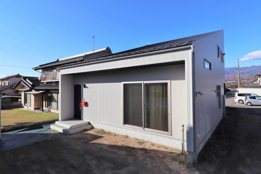 大きな片流れ屋根の家